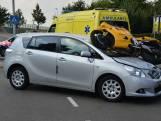 Motor belandt bovenop auto in Prinsenbeek