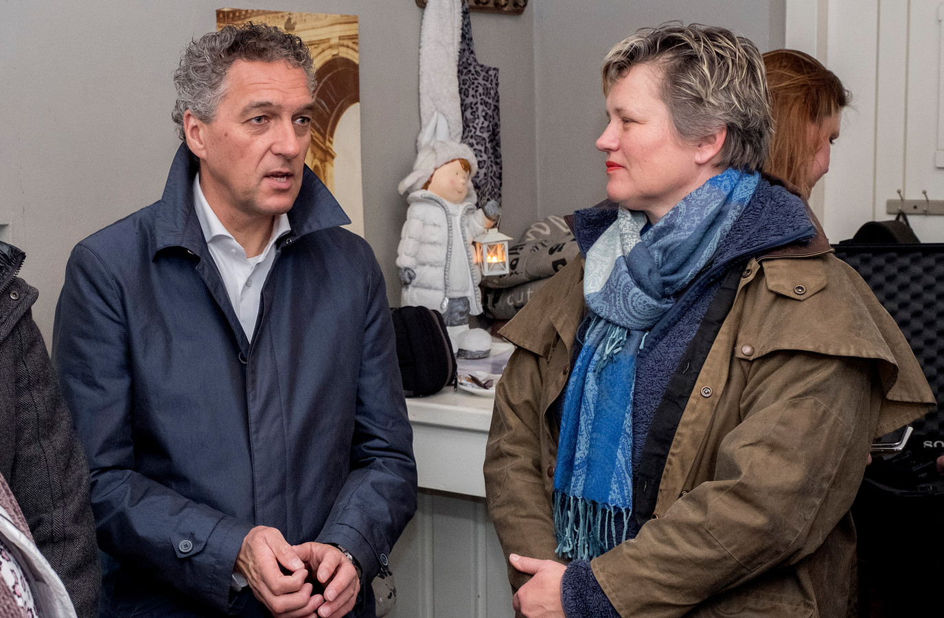 Gedeputeerde van de provincie Limburg Hans Teunissen en rechts wethouder Janine van Hulsteijn.