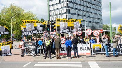 Vlaams Belang protesteert aan de deuren van Medina beurs