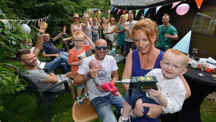 Het feestvarken Sem (2) is zichtbaar blij met zijn boormachine. De familie Schieveen geniet volop met hem mee in de bossen van Landgoed Ginkelduin.