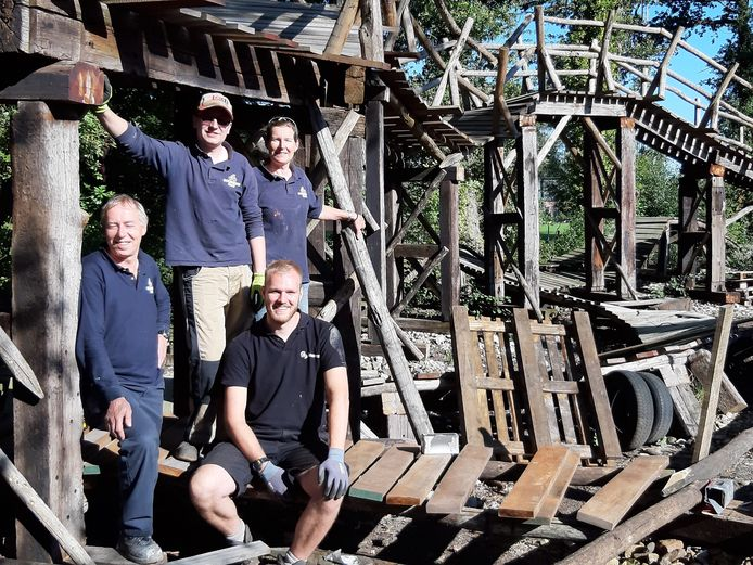 Henk Vasters, Jarno Vasters, vrijwilliger Geert Fiechter en Jannie Vasters (vanaf links) bij een van de uitdagende objecten op het BikePark Salland-Twente in Holten. Helaas wordt de opening uitgesteld in verband met de coronacrisis.