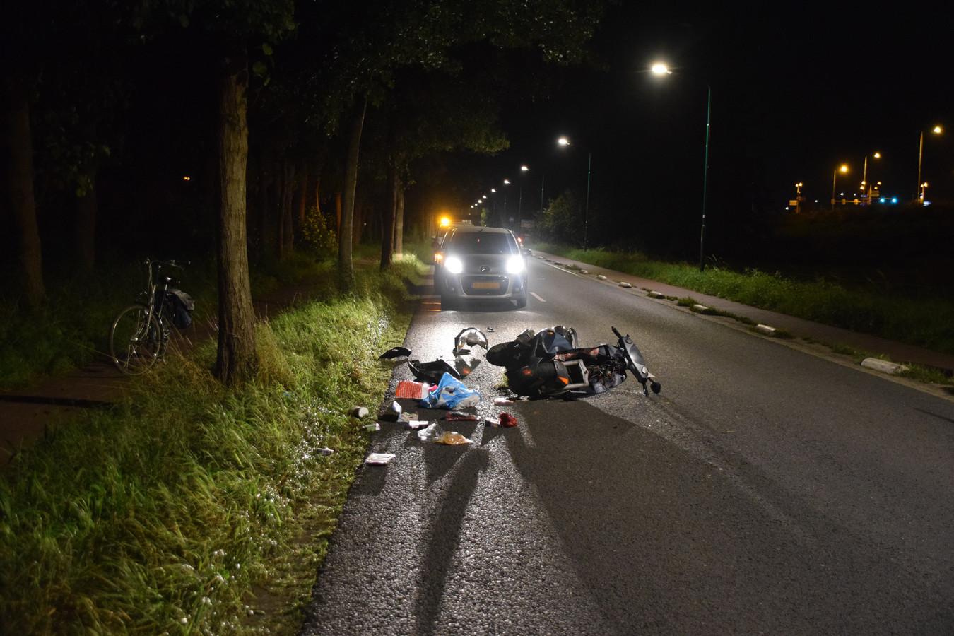 De scooter raakte flink beschadigd bij het ongeluk.