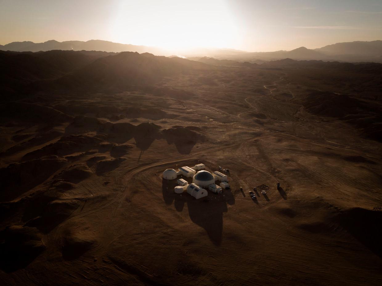 Een overzichtsfoto van het complex, dat midden in niemandsland is gebouwd.