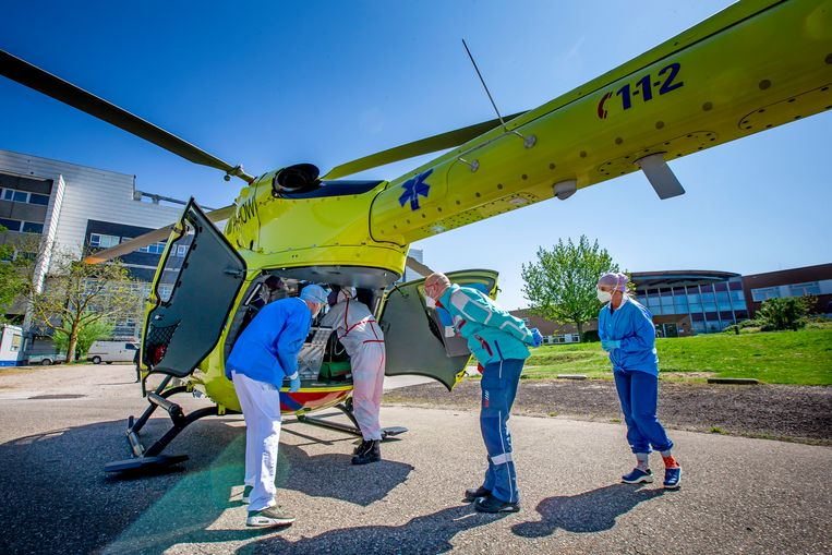 Vervoer van een coronapatiënt per traumahelikopter van het Ziekenhuis Rivierenland in Tiel naar het UMC Groningen. Beeld Getty Images