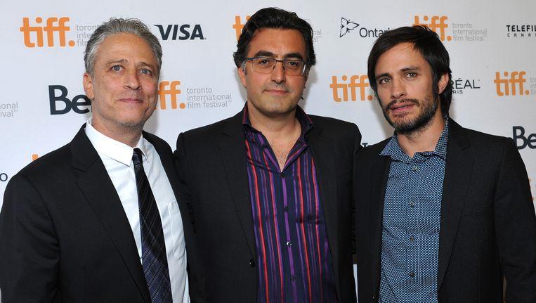 Presentator en regisseur Jon Stewart (links) met journalist Maziar Bahari (midden) en acteur Gael Garcia Bernal tijdens de premiere van de film 'Rosewater' op het Internationale Film Festival in Toronto. Beeld getty