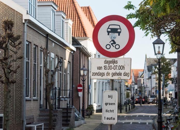 Gemotoriseerd verkeer mag overdag wel de Hoogstraat in, maar 's avonds, 's nachts en op zondag niet.