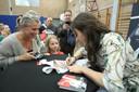 Nina signeert het pakje van Charlotte