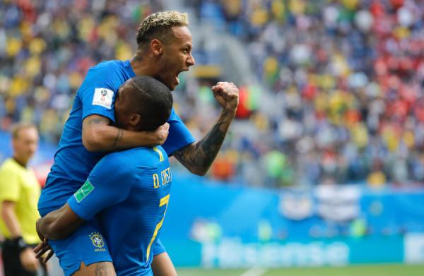 **Brazilië voorkomt afgang met goals in blessuretijd, helse middag voor Kuipers**