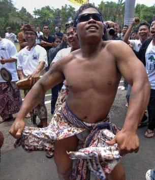 Cet homme veut conserver son droit de vivre nu comme un Papou.