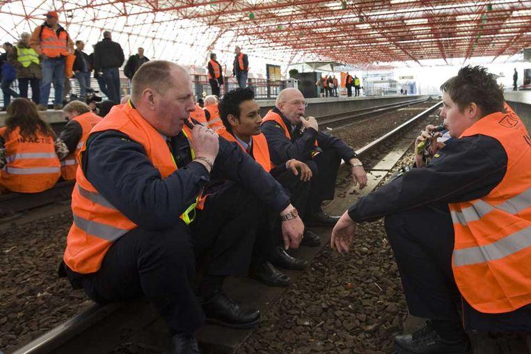 Personeel van de Nederlandse Spoorwegen legde op het station in Almere het werk neer na geweldsincidenten tegen NS-medewerkers. (ANP) Beeld