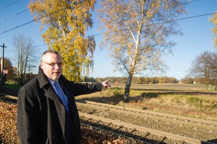PvdA-raadslid Remi de la Haye bij de plek waar volgens hem een brug moet komen. Foto Bert Kamp