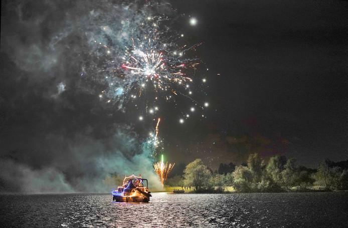 Verlichte boten en vuurwerk, een mooie combinatie