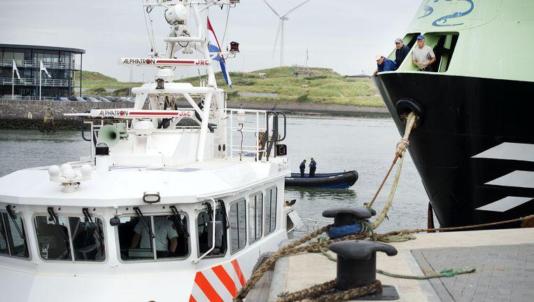 Politie beëindigt de actie van Greenpeace in IJmuiden. Beeld ANP