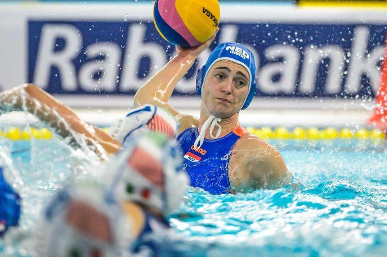 Sabrina van der Sloot van Nederland aan de bal tijdens de waterpolowedstrijd tussen Italië en Nederland tijdens het Olympisch Kwalificatie Toernooi (OKT). Beeld ANP