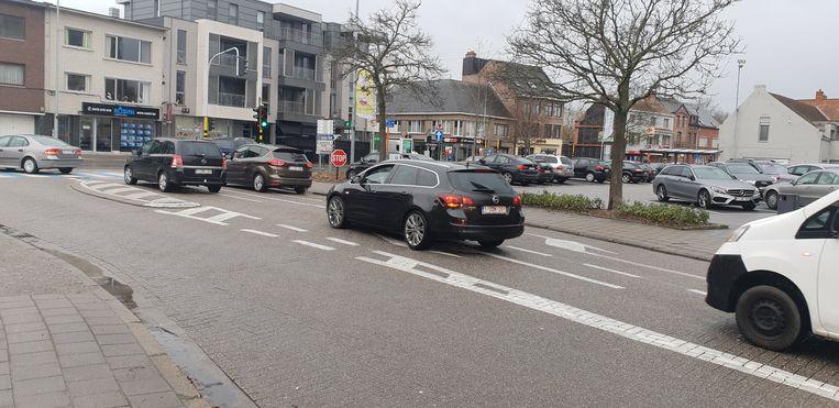 Wagens op het kruispunt Dorp-Kerkplein. Vanaf vrijdag zijn tijdens de nacht de voorrangsregels van tel op het kruispunt.