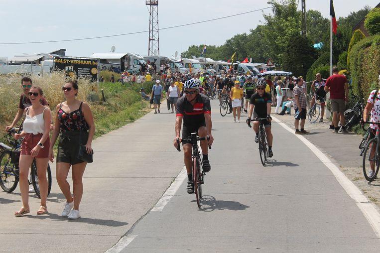 Indrukwekkend! Op de Bosberg volgden honderden mensen de koers en gaven het peloton een warm welkom.