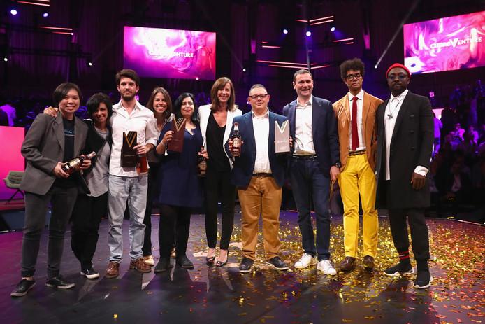 De winnaars van de Chivas Venture met Jalila Essaïdi (vijfde van links).