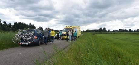Ouder echtpaar op de fiets komt hard ten val bij Giethoorn en moet naar het ziekenhuis