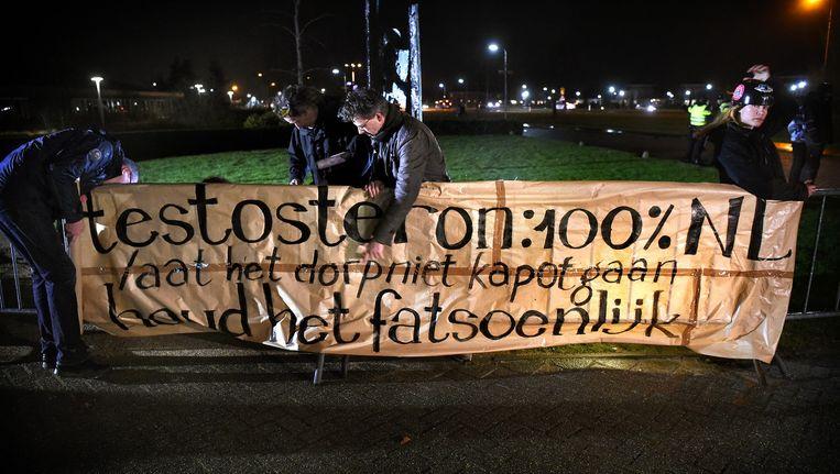Burgers protesteren bij een vergadering over het AZC in Geldermalsen. Beeld Marcel van den Bergh / de Volkskrant