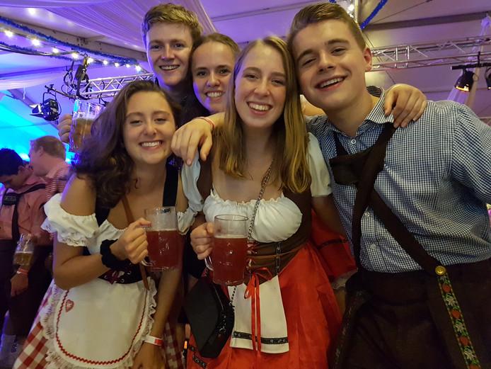 Oktoberfest: dirndls en lederhosen in Liempde.