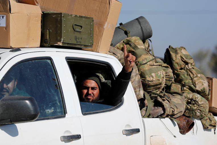 Strijders van het Vrije Syrische Leger in een pickup-truck nabij de Turks-Syrische grens, januari 2018. Beeld Reuters