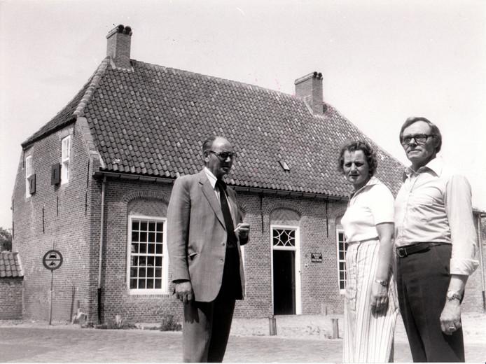 Echtpaar Van de Bergh en links Jan Persoons bij het pand aan de Sint Odulphusstraat dat nu museum De Vier Quartieren in Oirschot herbergt (25 juni 1976).