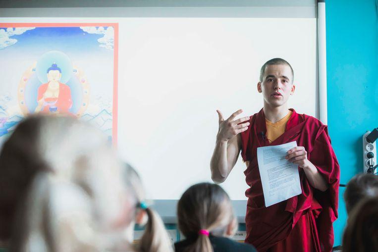Monnik Giel geeft les in Freinetschool Rippetip in Bilzen.