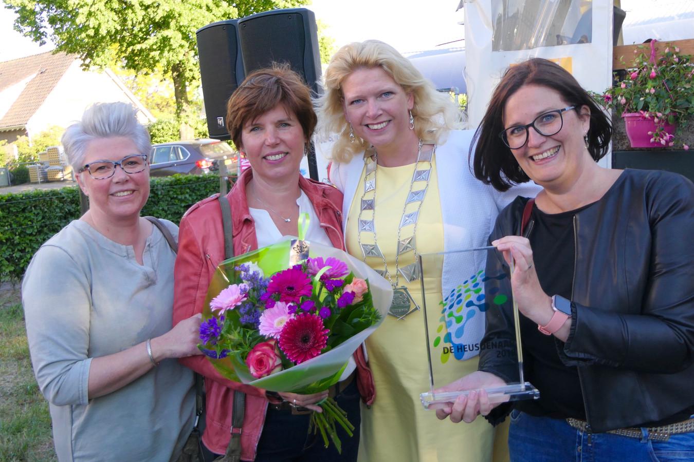 De Trotste werkgroep Samenloop voor de Hoop met de arward met burgemeester Willemijn Van Hees.