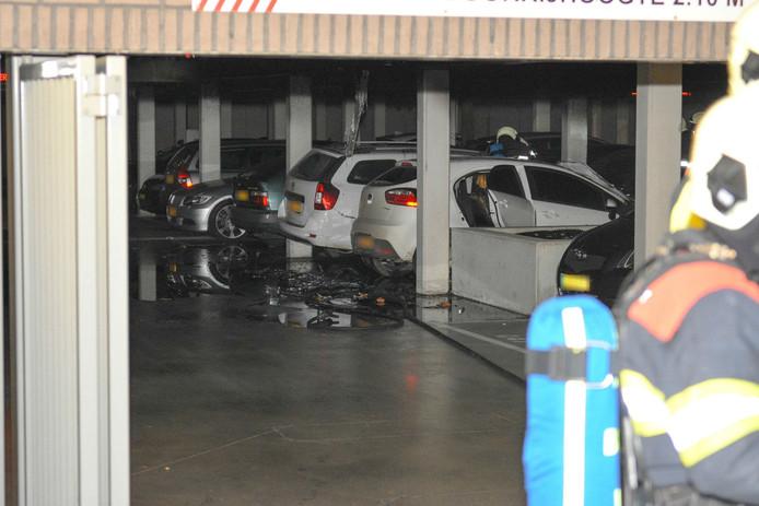 De uitgebrande auto's in de parkeergarage in Oss.