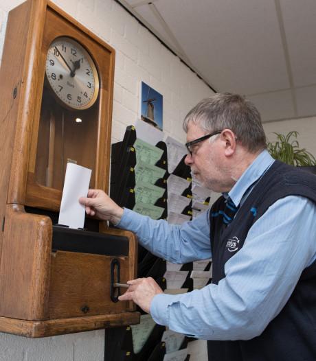 Buschauffeurs Raalte overhandigen petitie aan directeur Keolis om prikklok te behouden