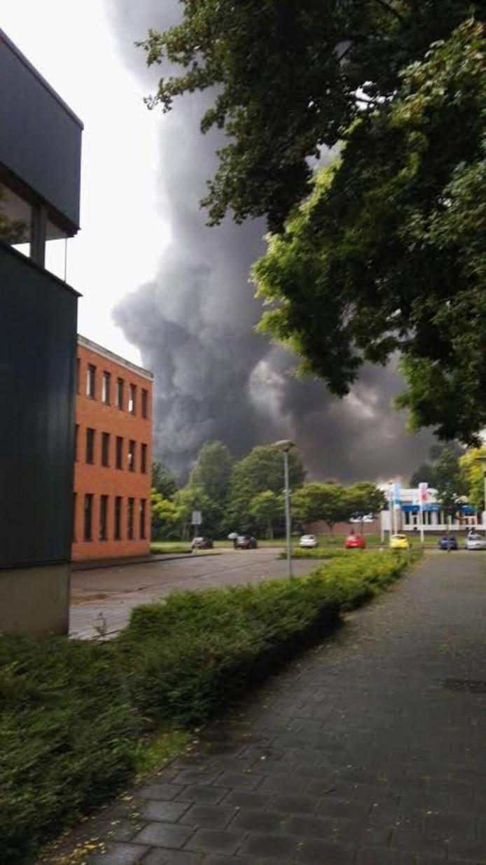 Rookwolken van de enorme brand