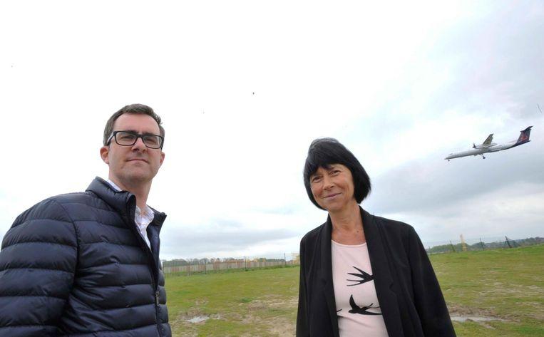 Nils Meert van de dienst Integrale Veiligheid en burgemeester Ingrid Holemans aan de luchthaven.
