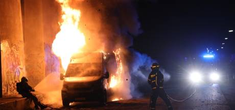 Bestelbus brandt uit onder A12-viaduct bij Arnhem
