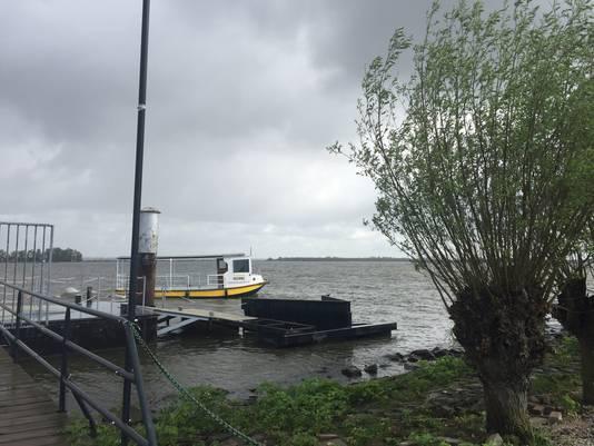 De huidige aanmeerlocatie van pontje Leeuweveerke in Lage Zwaluwe is niet ideaal voor op- en afstappen volgens directeur Mark de Leeuw.
