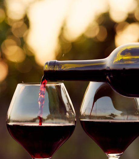 Bijna 60 procent denkt onterecht dat in een fles wijn zes glazen alcohol zitten