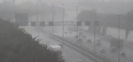 Hevige stortbuien zorgen voor wateroverlast op Brabantse snelwegen