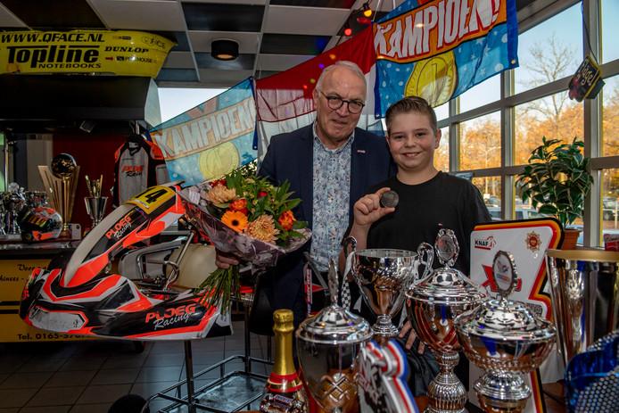 20191130 - ROOSENDAAL - Pix4Profs/Tonny Presser -  wethouder Eef Schoneveld reikt de Sportpenning van de gemeente Moerdijk uit aan Bart Ploeg, Nederlands Kampioen Karten in de klasse X30 Junior (13-15 jaar).