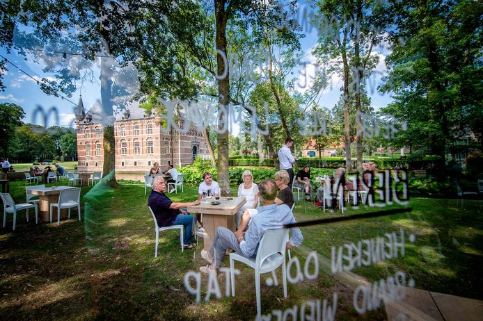 In Wijchen is donderdag een terras geopend tussen kasteel Wijchen en villa Sterrebosch.