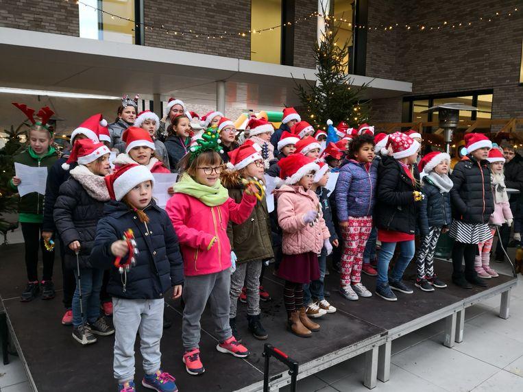 Kinderen van de vrije basisschool Woumen zongen kerstliedjes.