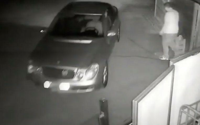De daders verplaatsten zich in een ouder model van de Mercedes E-klasse met een hoefijzer aan de voorkant.
