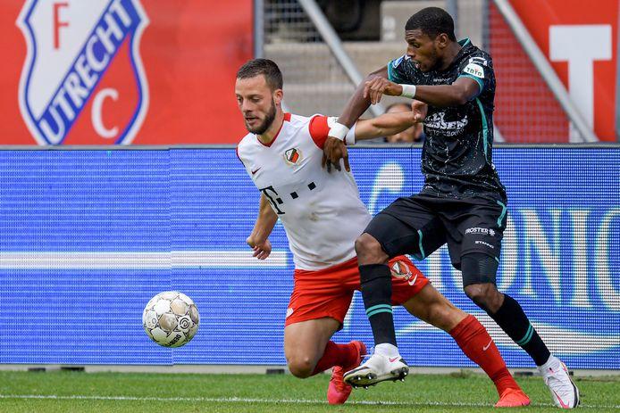 Said Bakari (r) met Bart Ramselaar van FC Utrecht. De rechtsback van RKC Waalwijk gaat twee oefeninterlands spelen voor de Comoren.