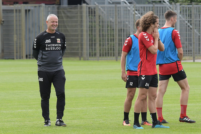 Trainer Jack de Gier kijkt tevreden toe tijdens de training van GA Eagles.
