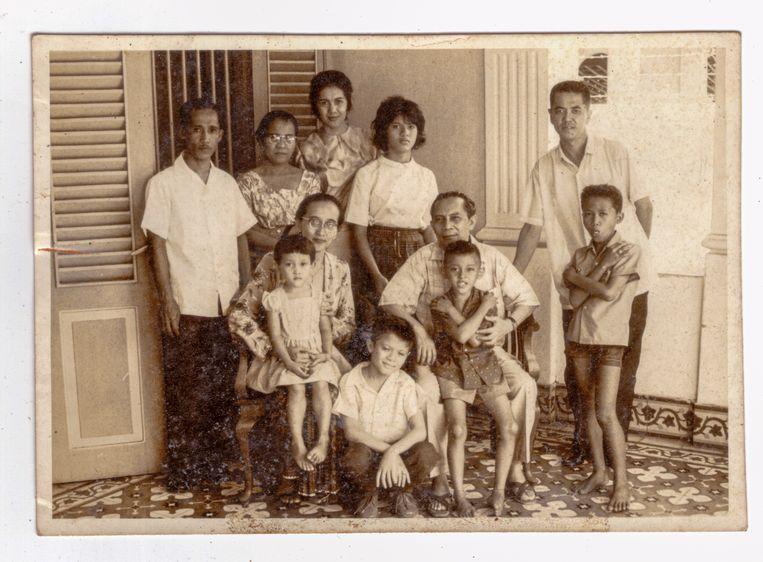 Zittend: Siti Wahyuna (Poppy) Sjahrir met dochter Siti Rabyah Parvati (Upik) en Sjahrir met zoon Kriya Arsjah. Genomen tijdens Idul Fitri op 15 februari 1964 in de gevangenis Wisma Keagungan voor politieke gevangenen te Jakarta. Sjahrir schreef in zijn gevangenisdagboek: 'Ik wil mijn kinderen zo opvoeden dat zij mensen met een nobel karakter worden.' Beeld
