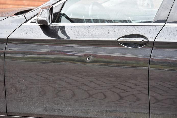 Inslag zichtbaar op auto die onder vuur is genomen.