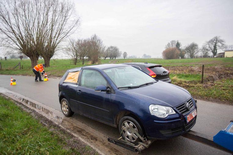 De beschadigde auto van de schutter.