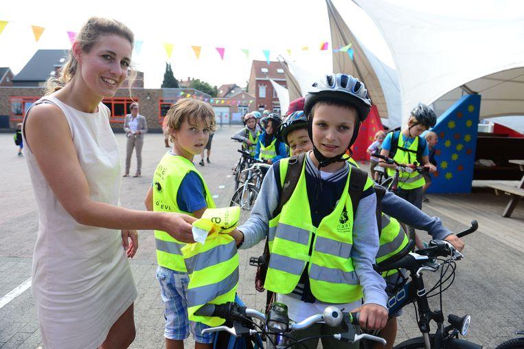 Isabelle De Groeve deelde onder andere fluohesjes uit aan basisschool De Kraal in Herent