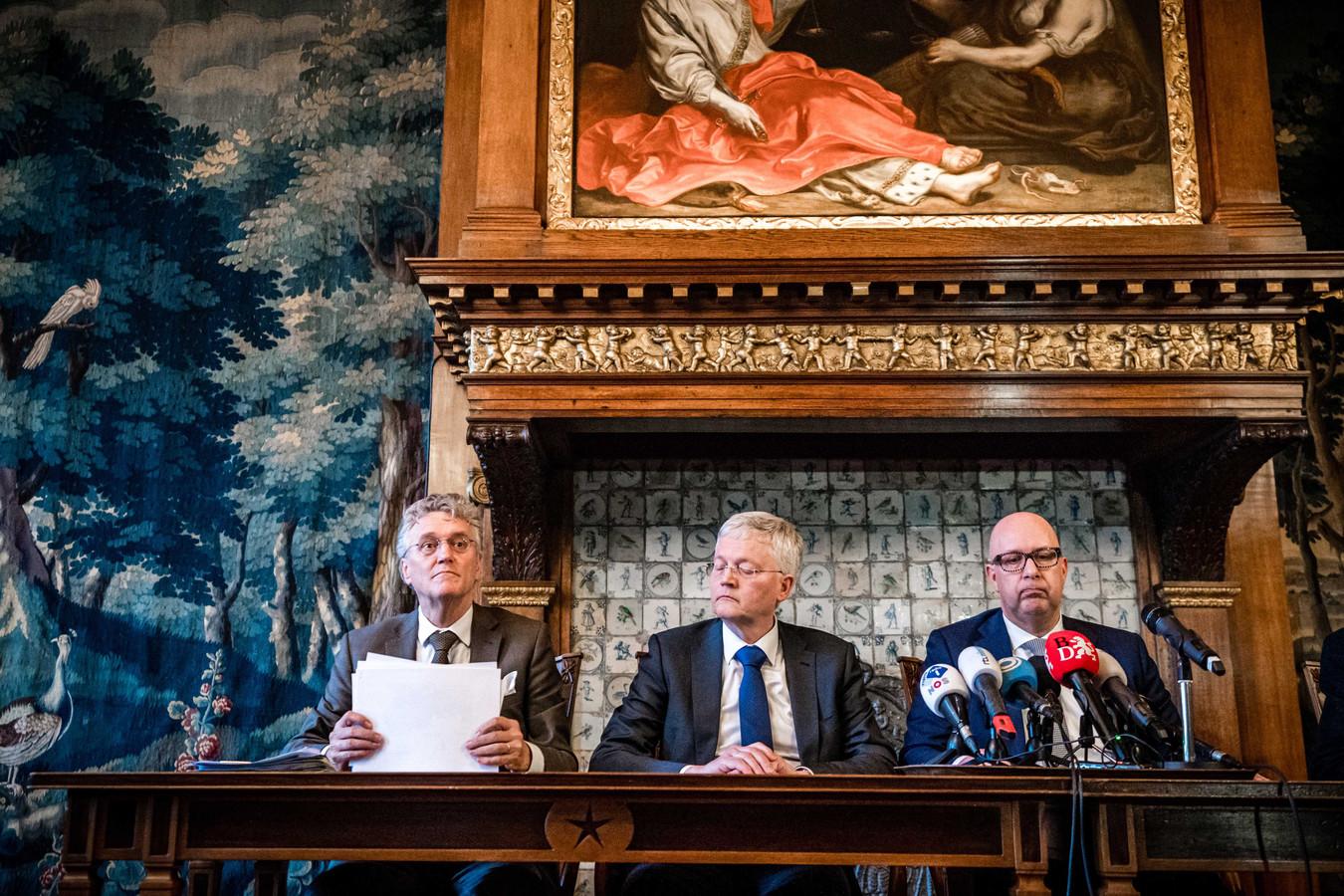 De drie 'superburgemeesters' van Brabant, tijdens een persconferentie van 10 maart. Van links naar rechts John Jorritsma (Eindhoven), Theo Weterings (Tilburg) en Jack Mikkers (Den Bosch.