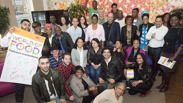 De ondernemers uit de World of Food zetten gister hun handtekening. Beeld George Maas