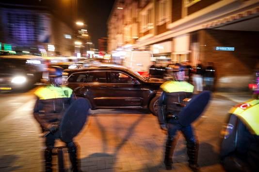 Auto's van de Dienst Speciale Interventies (DSI) rijden richting de Schiedamse Vesthof waar de Turkse minister Fatma Kaya door de politie werd tegengehouden.