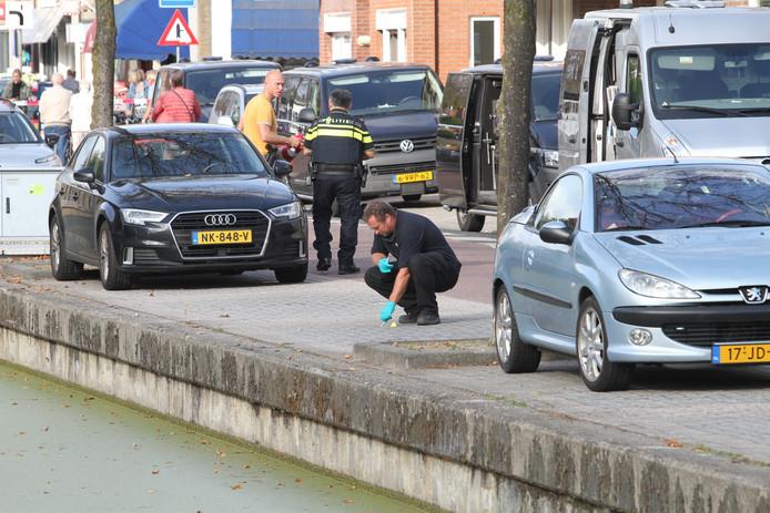 De politie tijdens een eerdere zoektocht naar sporen in Oud-Beijerland.